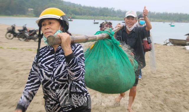 Người dân Đà Nẵng hối hả neo đậu, di dời tàu thuyền chống bão số 5 - Ảnh 6.