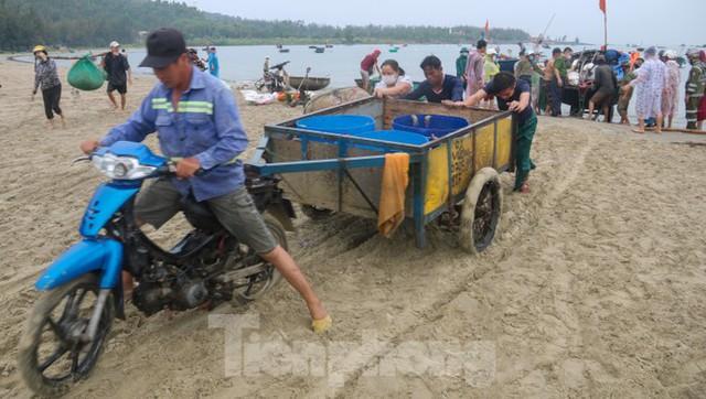 Người dân Đà Nẵng hối hả neo đậu, di dời tàu thuyền chống bão số 5 - Ảnh 7.