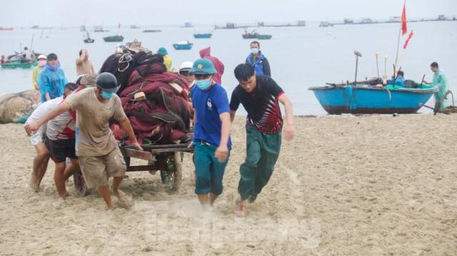 Người dân Đà Nẵng hối hả neo đậu, di dời tàu thuyền chống bão số 5 - Ảnh 8.