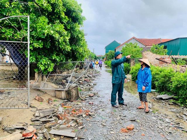 20 phút lốc xoáy làm tốc mái 60 ngôi nhà, nhiều tường rào sập đổ - Ảnh 1.