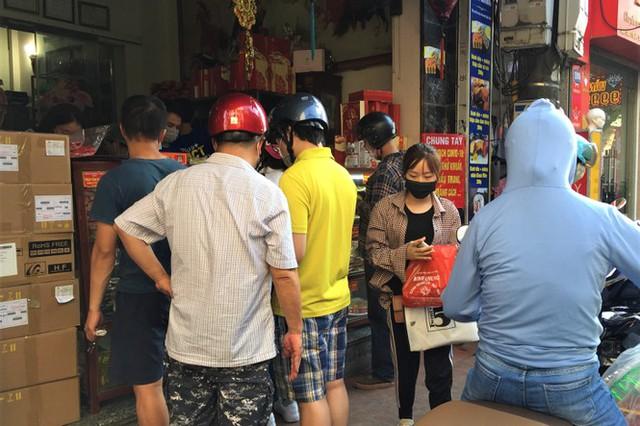 Người dân Hà Nội sớm xếp hàng mua bánh Trung thu truyền thống - Ảnh 1.