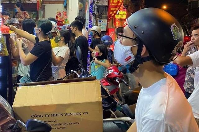 Người dân Hà Nội sớm xếp hàng mua bánh Trung thu truyền thống - Ảnh 2.