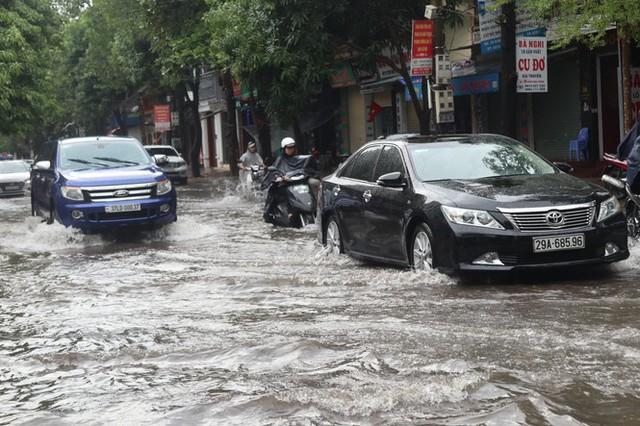 Mưa lớn, nhiều tuyến đường ở thành phố Vinh ngập sâu - Ảnh 1.