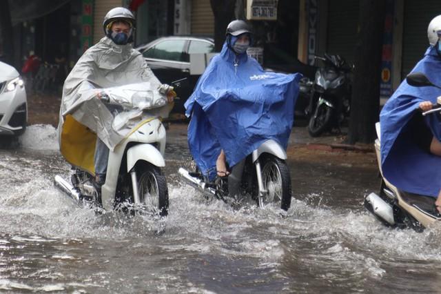 Mưa lớn, nhiều tuyến đường ở thành phố Vinh ngập sâu - Ảnh 2.