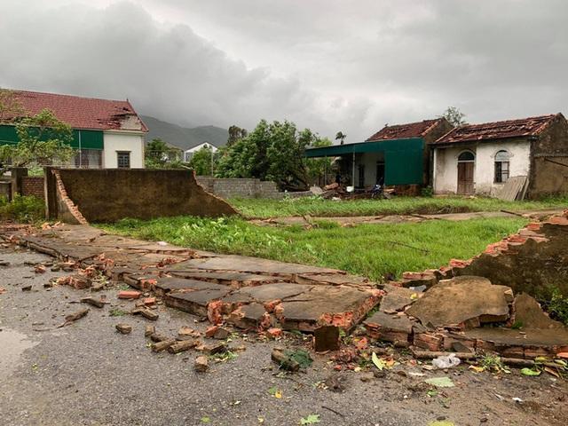 20 phút lốc xoáy làm tốc mái 60 ngôi nhà, nhiều tường rào sập đổ - Ảnh 11.