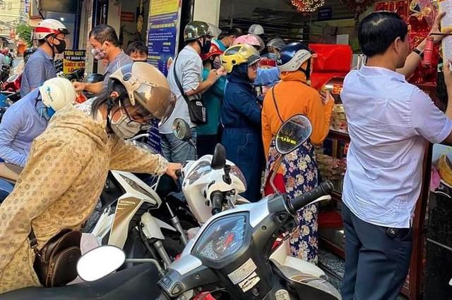 Người dân Hà Nội sớm xếp hàng mua bánh Trung thu truyền thống - Ảnh 3.