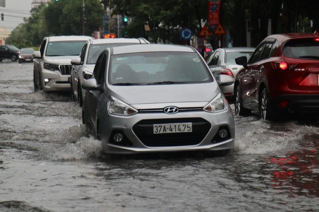 Mưa lớn, nhiều tuyến đường ở thành phố Vinh ngập sâu - Ảnh 3.