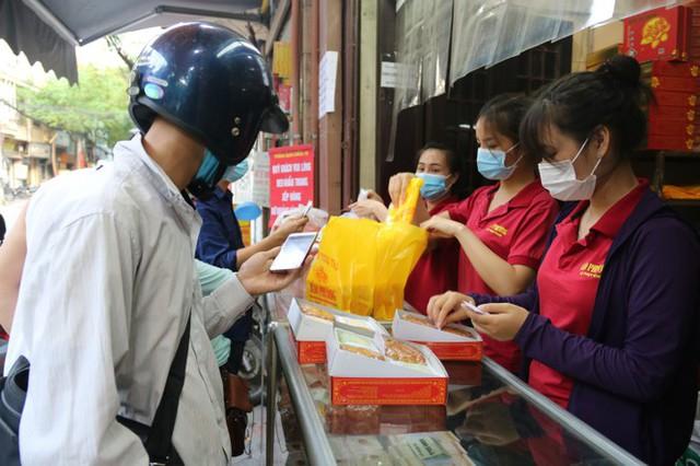 Người dân Hà Nội sớm xếp hàng mua bánh Trung thu truyền thống - Ảnh 4.
