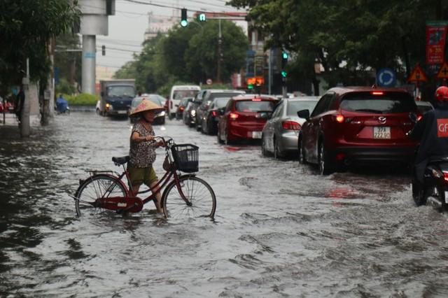 Mưa lớn, nhiều tuyến đường ở thành phố Vinh ngập sâu - Ảnh 4.