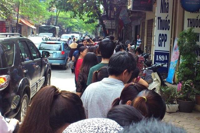 Người dân Hà Nội sớm xếp hàng mua bánh Trung thu truyền thống - Ảnh 5.