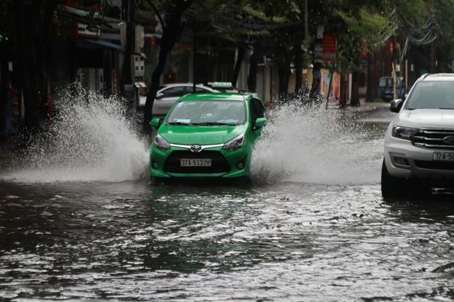 Mưa lớn, nhiều tuyến đường ở thành phố Vinh ngập sâu - Ảnh 5.
