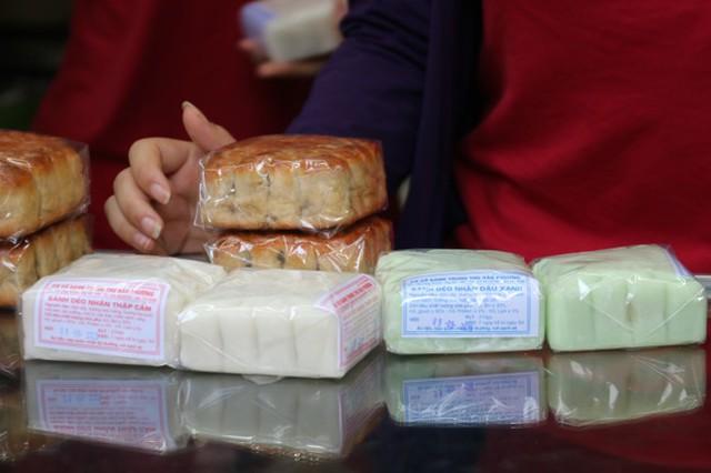 Người dân Hà Nội sớm xếp hàng mua bánh Trung thu truyền thống - Ảnh 6.