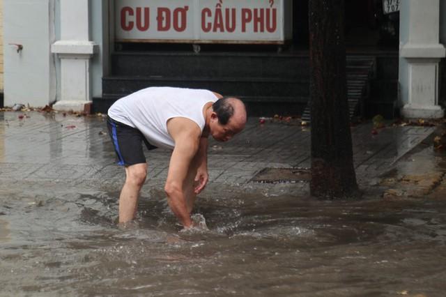 Mưa lớn, nhiều tuyến đường ở thành phố Vinh ngập sâu - Ảnh 6.