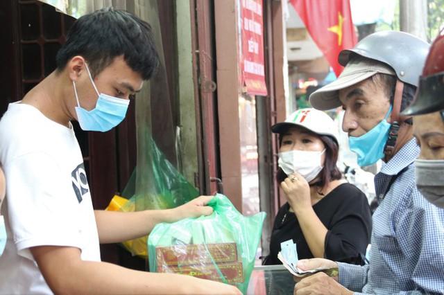 Người dân Hà Nội sớm xếp hàng mua bánh Trung thu truyền thống - Ảnh 7.
