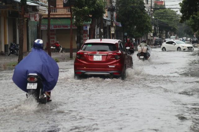 Mưa lớn, nhiều tuyến đường ở thành phố Vinh ngập sâu - Ảnh 7.