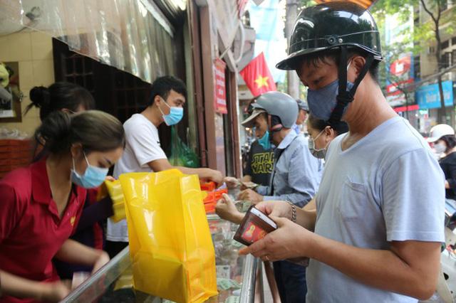 Người dân Hà Nội sớm xếp hàng mua bánh Trung thu truyền thống - Ảnh 8.