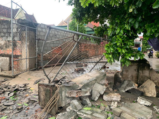 20 phút lốc xoáy làm tốc mái 60 ngôi nhà, nhiều tường rào sập đổ - Ảnh 10.