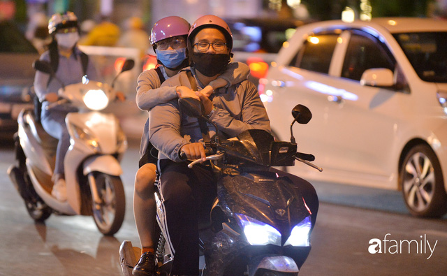 Ảnh: Đường phố Hà Nội đẹp hiền hòa đêm đầu tiên đón thu sang, người dân thích thú cảm nhận cái se lạnh về trên từng ngõ nhỏ - Ảnh 1.