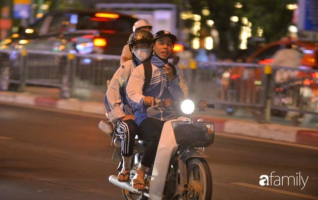 Ảnh: Đường phố Hà Nội đẹp hiền hòa đêm đầu tiên đón thu sang, người dân thích thú cảm nhận cái se lạnh về trên từng ngõ nhỏ - Ảnh 2.