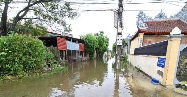 Sau bão, nhiều hộ dân vẫn bị cô lập trong biển nước, cột viễn thông cao cả trăm mét bị xô đổ - Ảnh 1.