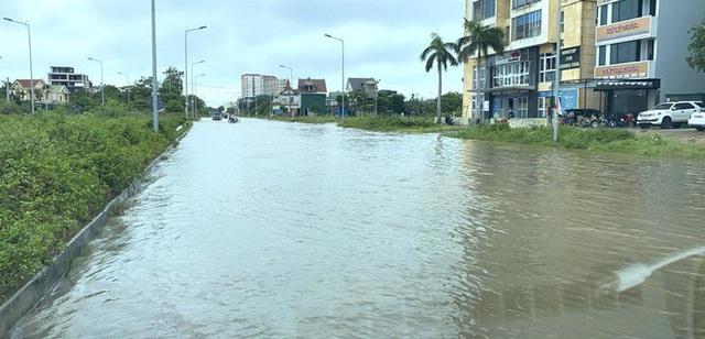 Sau bão, nhiều hộ dân vẫn bị cô lập trong biển nước, cột viễn thông cao cả trăm mét bị xô đổ - Ảnh 2.