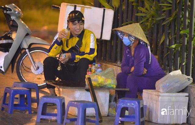 Ảnh: Đường phố Hà Nội đẹp hiền hòa đêm đầu tiên đón thu sang, người dân thích thú cảm nhận cái se lạnh về trên từng ngõ nhỏ - Ảnh 11.