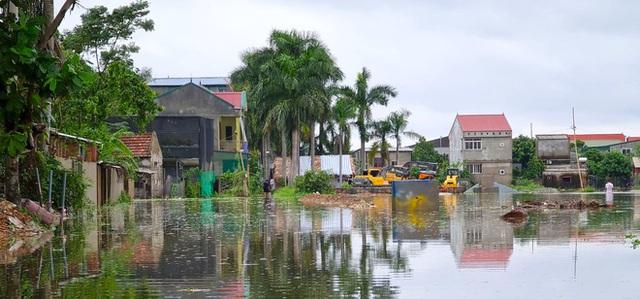 Sau bão, nhiều hộ dân vẫn bị cô lập trong biển nước, cột viễn thông cao cả trăm mét bị xô đổ - Ảnh 11.