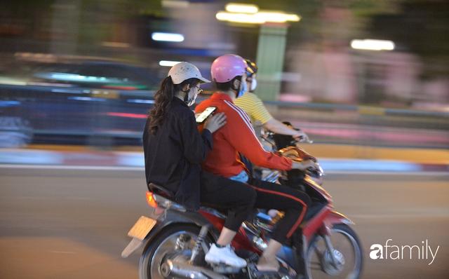 Ảnh: Đường phố Hà Nội đẹp hiền hòa đêm đầu tiên đón thu sang, người dân thích thú cảm nhận cái se lạnh về trên từng ngõ nhỏ - Ảnh 12.
