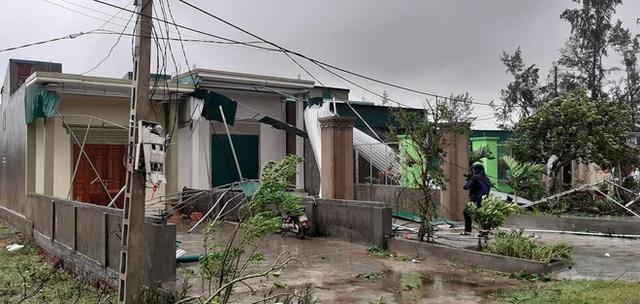 Sau bão, nhiều hộ dân vẫn bị cô lập trong biển nước, cột viễn thông cao cả trăm mét bị xô đổ - Ảnh 15.