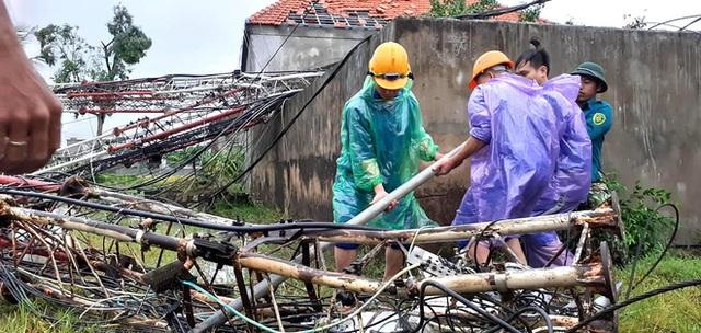 Sau bão, nhiều hộ dân vẫn bị cô lập trong biển nước, cột viễn thông cao cả trăm mét bị xô đổ - Ảnh 17.