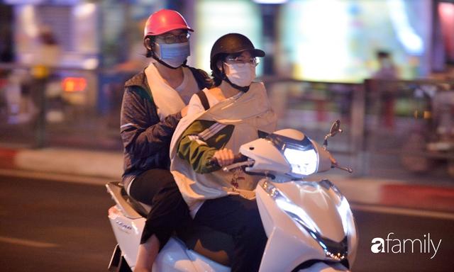 Ảnh: Đường phố Hà Nội đẹp hiền hòa đêm đầu tiên đón thu sang, người dân thích thú cảm nhận cái se lạnh về trên từng ngõ nhỏ - Ảnh 3.