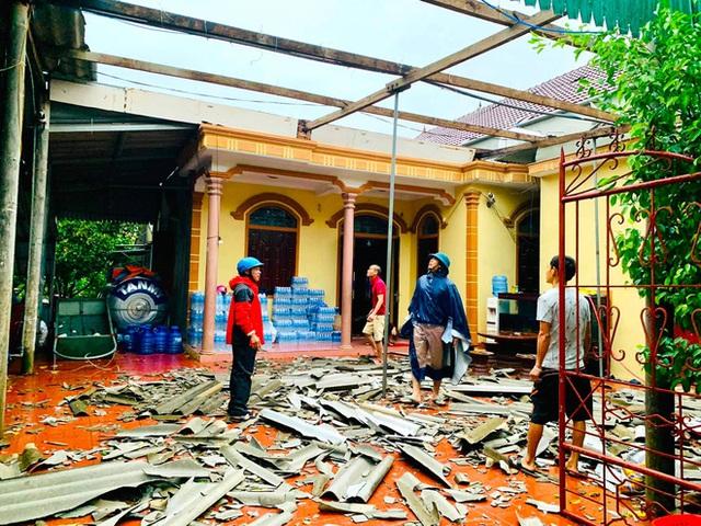 Sau bão, nhiều hộ dân vẫn bị cô lập trong biển nước, cột viễn thông cao cả trăm mét bị xô đổ - Ảnh 4.