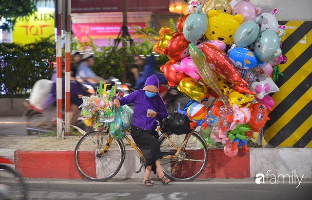Ảnh: Đường phố Hà Nội đẹp hiền hòa đêm đầu tiên đón thu sang, người dân thích thú cảm nhận cái se lạnh về trên từng ngõ nhỏ - Ảnh 5.