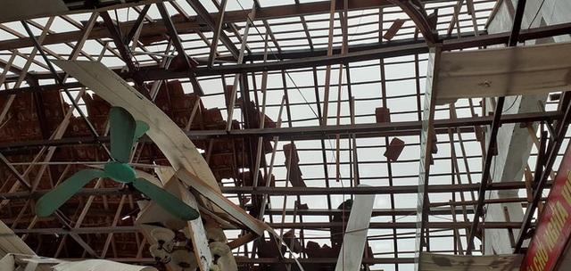 Sau bão, nhiều hộ dân vẫn bị cô lập trong biển nước, cột viễn thông cao cả trăm mét bị xô đổ - Ảnh 5.