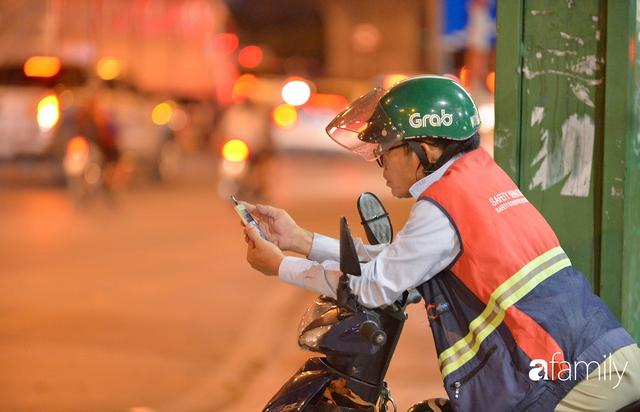 Ảnh: Đường phố Hà Nội đẹp hiền hòa đêm đầu tiên đón thu sang, người dân thích thú cảm nhận cái se lạnh về trên từng ngõ nhỏ - Ảnh 6.