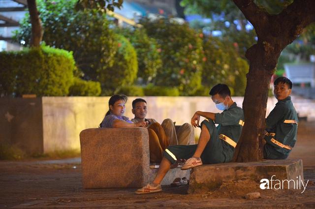 Ảnh: Đường phố Hà Nội đẹp hiền hòa đêm đầu tiên đón thu sang, người dân thích thú cảm nhận cái se lạnh về trên từng ngõ nhỏ - Ảnh 8.