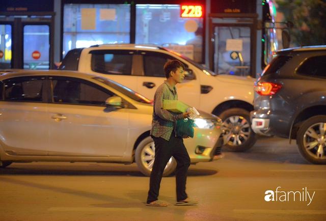 Ảnh: Đường phố Hà Nội đẹp hiền hòa đêm đầu tiên đón thu sang, người dân thích thú cảm nhận cái se lạnh về trên từng ngõ nhỏ - Ảnh 9.