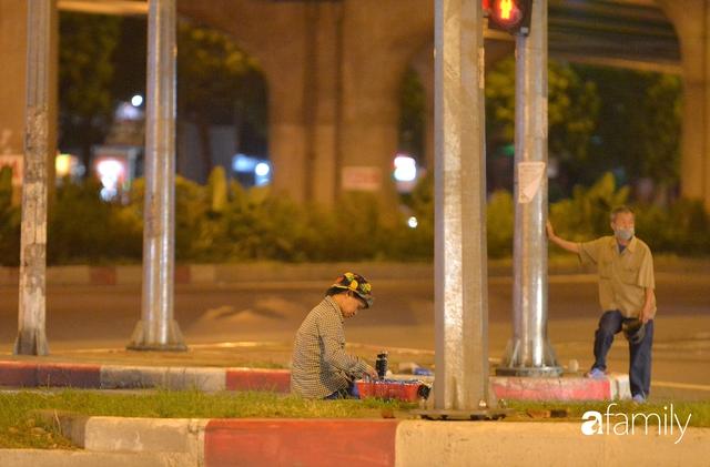 Ảnh: Đường phố Hà Nội đẹp hiền hòa đêm đầu tiên đón thu sang, người dân thích thú cảm nhận cái se lạnh về trên từng ngõ nhỏ - Ảnh 10.
