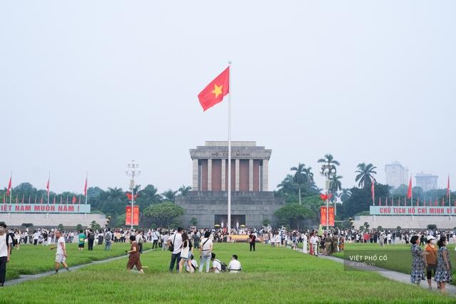 Chùm ảnh: Đường phố rợp sắc đỏ Quốc kỳ, người dân thư thả đón Quốc khánh trong lòng một Hà Nội khác lạ - Ảnh 1.