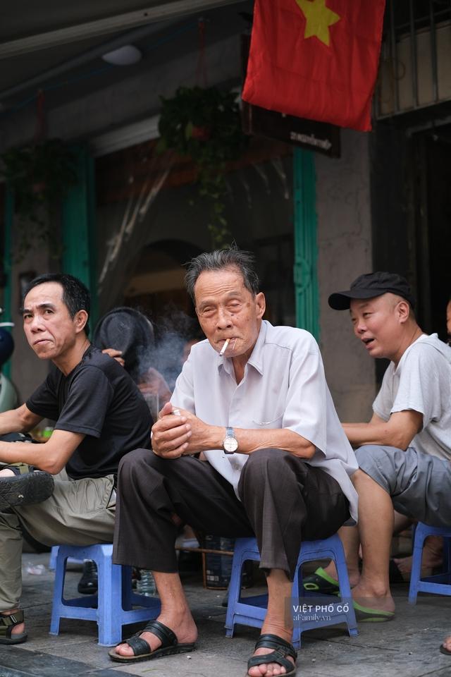 Chùm ảnh: Đường phố rợp sắc đỏ Quốc kỳ, người dân thư thả đón Quốc khánh trong lòng một Hà Nội khác lạ - Ảnh 16.