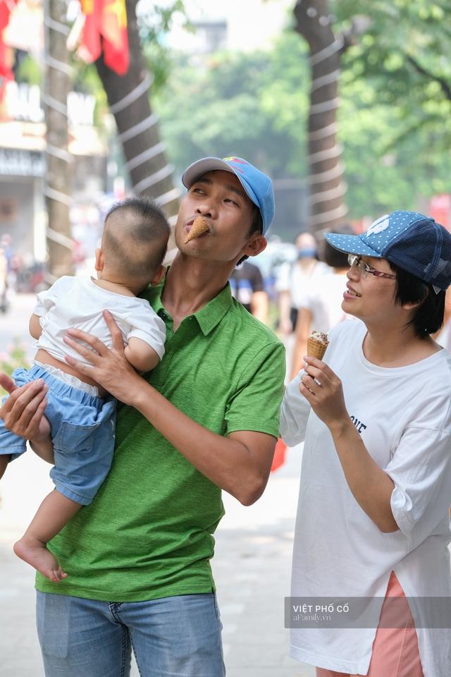 Chùm ảnh: Đường phố rợp sắc đỏ Quốc kỳ, người dân thư thả đón Quốc khánh trong lòng một Hà Nội khác lạ - Ảnh 19.