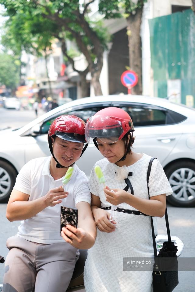 Chùm ảnh: Đường phố rợp sắc đỏ Quốc kỳ, người dân thư thả đón Quốc khánh trong lòng một Hà Nội khác lạ - Ảnh 20.