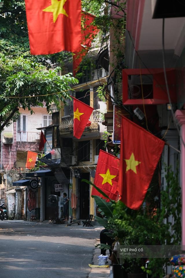 Chùm ảnh: Đường phố rợp sắc đỏ Quốc kỳ, người dân thư thả đón Quốc khánh trong lòng một Hà Nội khác lạ - Ảnh 22.