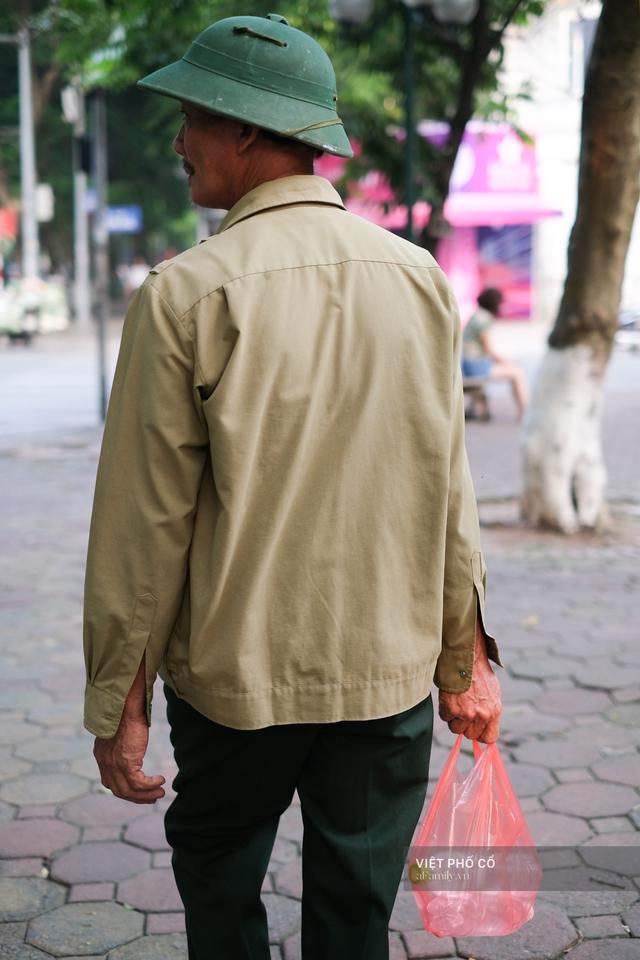 Chùm ảnh: Đường phố rợp sắc đỏ Quốc kỳ, người dân thư thả đón Quốc khánh trong lòng một Hà Nội khác lạ - Ảnh 23.