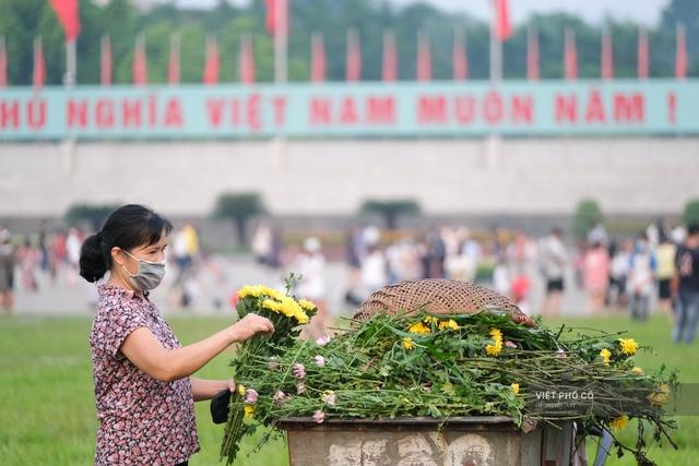Chùm ảnh: Đường phố rợp sắc đỏ Quốc kỳ, người dân thư thả đón Quốc khánh trong lòng một Hà Nội khác lạ - Ảnh 5.