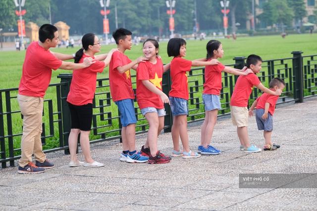 Chùm ảnh: Đường phố rợp sắc đỏ Quốc kỳ, người dân thư thả đón Quốc khánh trong lòng một Hà Nội khác lạ - Ảnh 6.