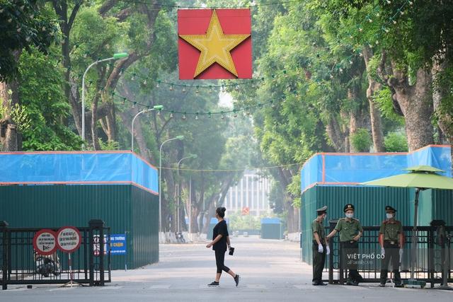 Chùm ảnh: Đường phố rợp sắc đỏ Quốc kỳ, người dân thư thả đón Quốc khánh trong lòng một Hà Nội khác lạ - Ảnh 7.