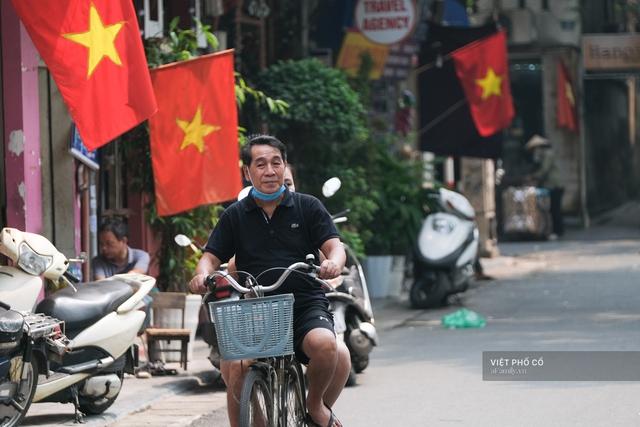 Chùm ảnh: Đường phố rợp sắc đỏ Quốc kỳ, người dân thư thả đón Quốc khánh trong lòng một Hà Nội khác lạ - Ảnh 8.