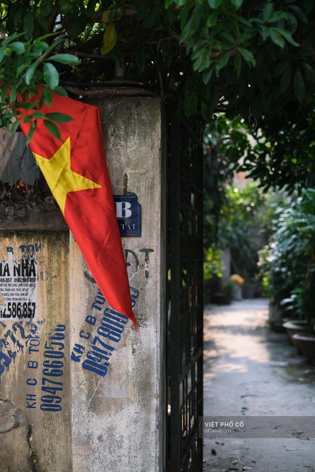 Chùm ảnh: Đường phố rợp sắc đỏ Quốc kỳ, người dân thư thả đón Quốc khánh trong lòng một Hà Nội khác lạ - Ảnh 10.