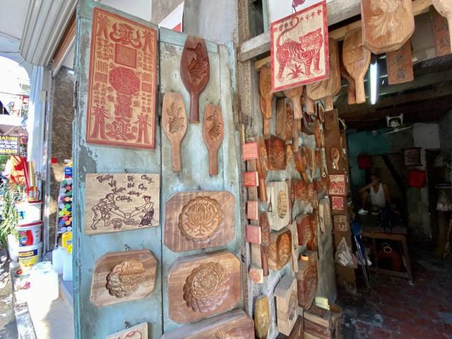 Triết lý 'ngược đời' của người thợ Hà thành 40 năm làm khuôn bánh Trung thu - Ảnh 2.